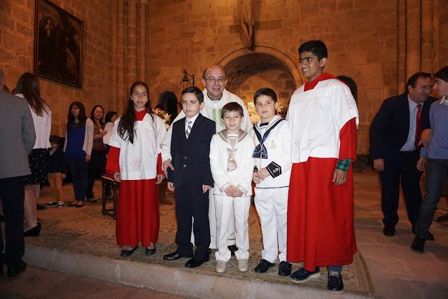 Los tres protagonistas de las Primeras Comuniones en San Vicente, arropados por el párroco y los monaguillos