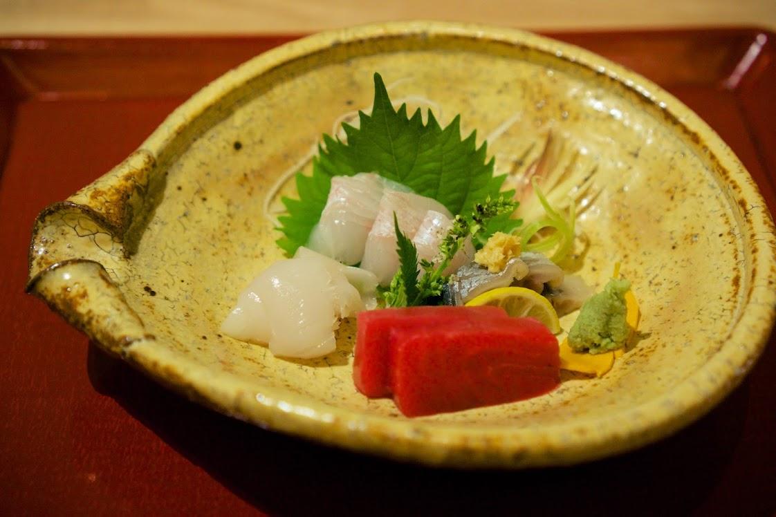 平目、秋刀魚酢〆、本鮪、スルメイカあしらいを工藤和彦氏の器で