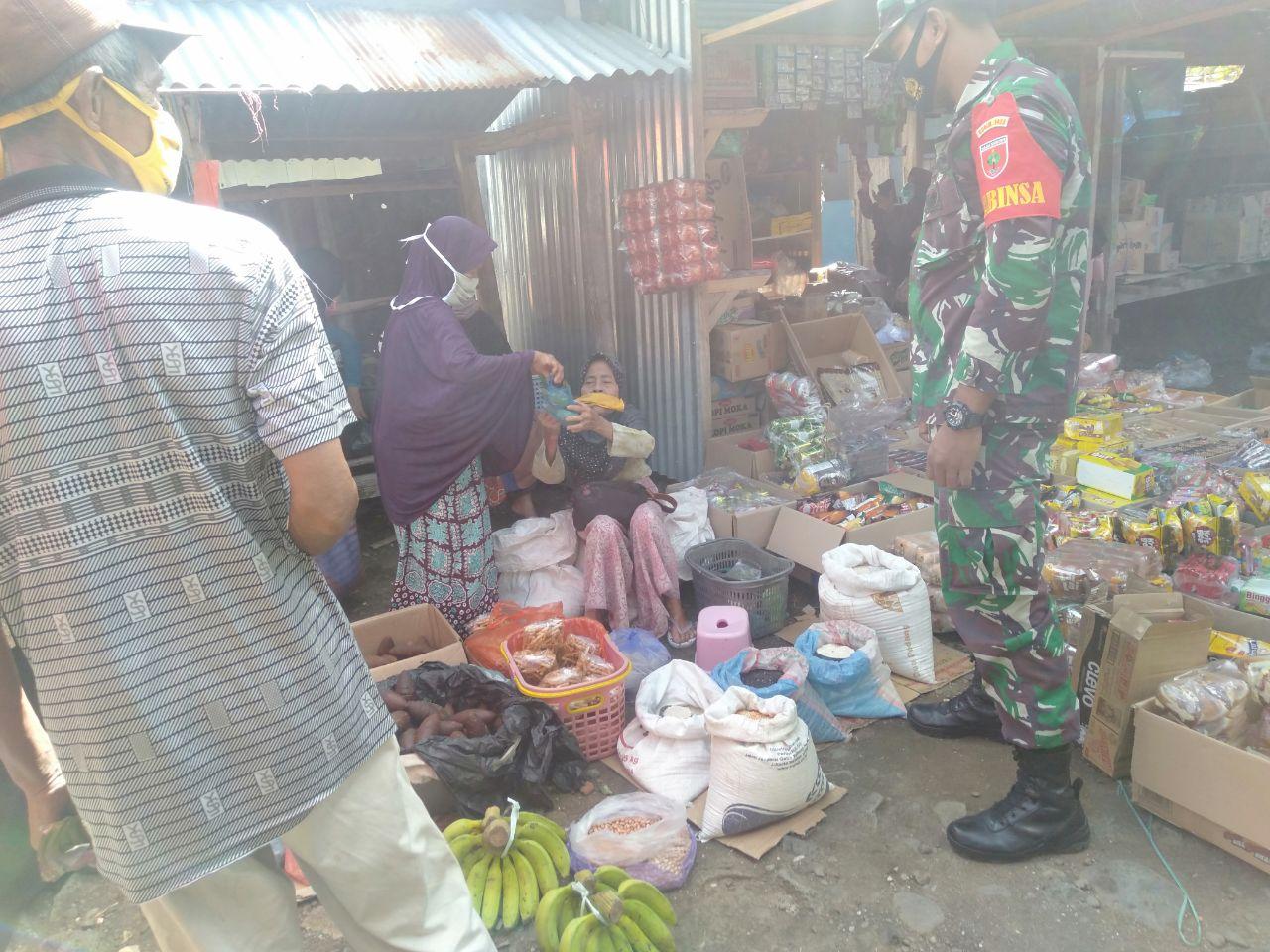 Babinsa Sertu Ajat Sudrajat Kunjungi Pasar Tradisional, Ini Tujuannya
