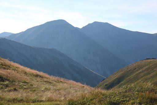 Vľavo Hrubý vrch, vpravo Jakubiná od Jamnického plesa