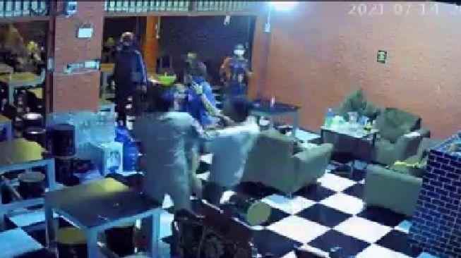 Sindir Aksi Kekerasan Satpol PP, Warganet: Kalau Berani Masuk Sarang Macan!