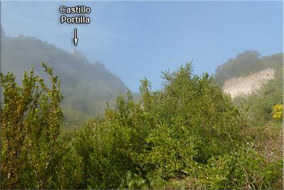 Asoma el Castillo de Portilla entre la niebla