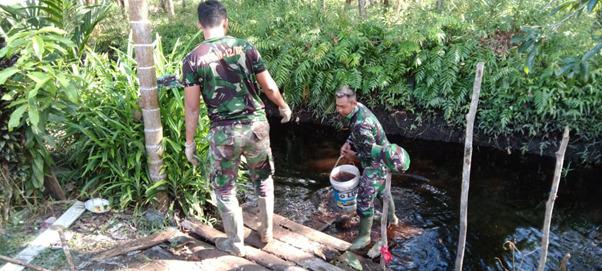 Serda Eka Sebagai Penanggung Jawab Suplai Air Pengecoran Satgas TMMD Ke-111 Kodim 1207/Pontianak