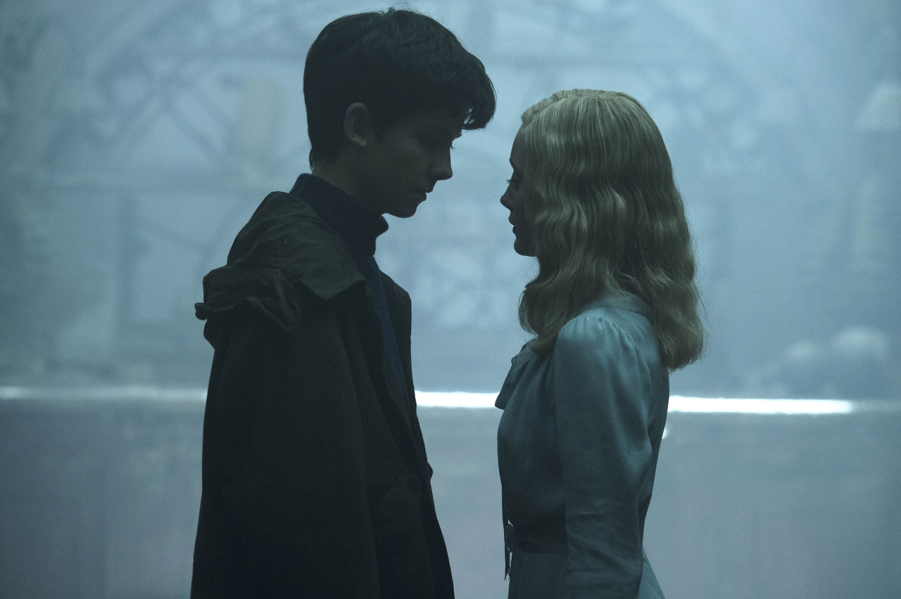 Jake (Asa Butterfield) and Emma (Ella Purnell) in MISS PEREGRINE'S HOME FOR PECULIAR CHILDREN. (Photo Credit: Leah Gallo - TM & © 2016 Twentieth Century Fox Film Corporation)