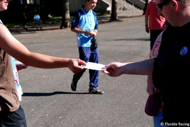 Distribution de tract à l'entrée du stade