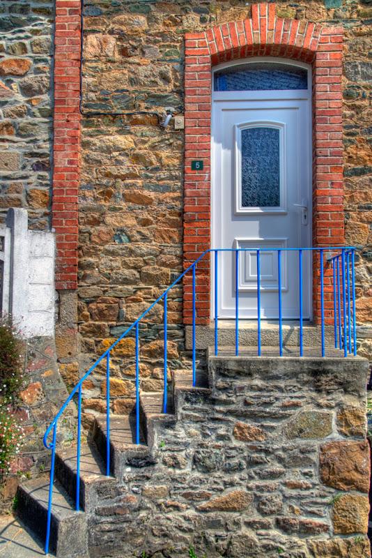 porte blanche, pierre et bleu... 20110731_01_porte_DSC0529_tm-3