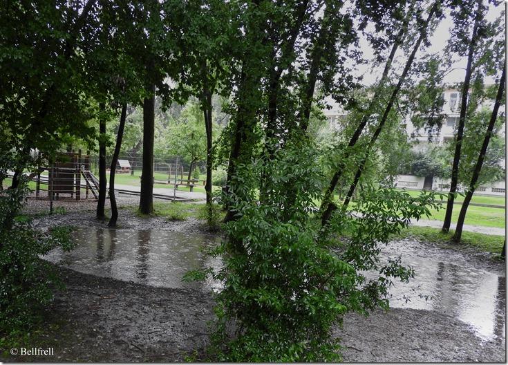 Spielplatz im Regen