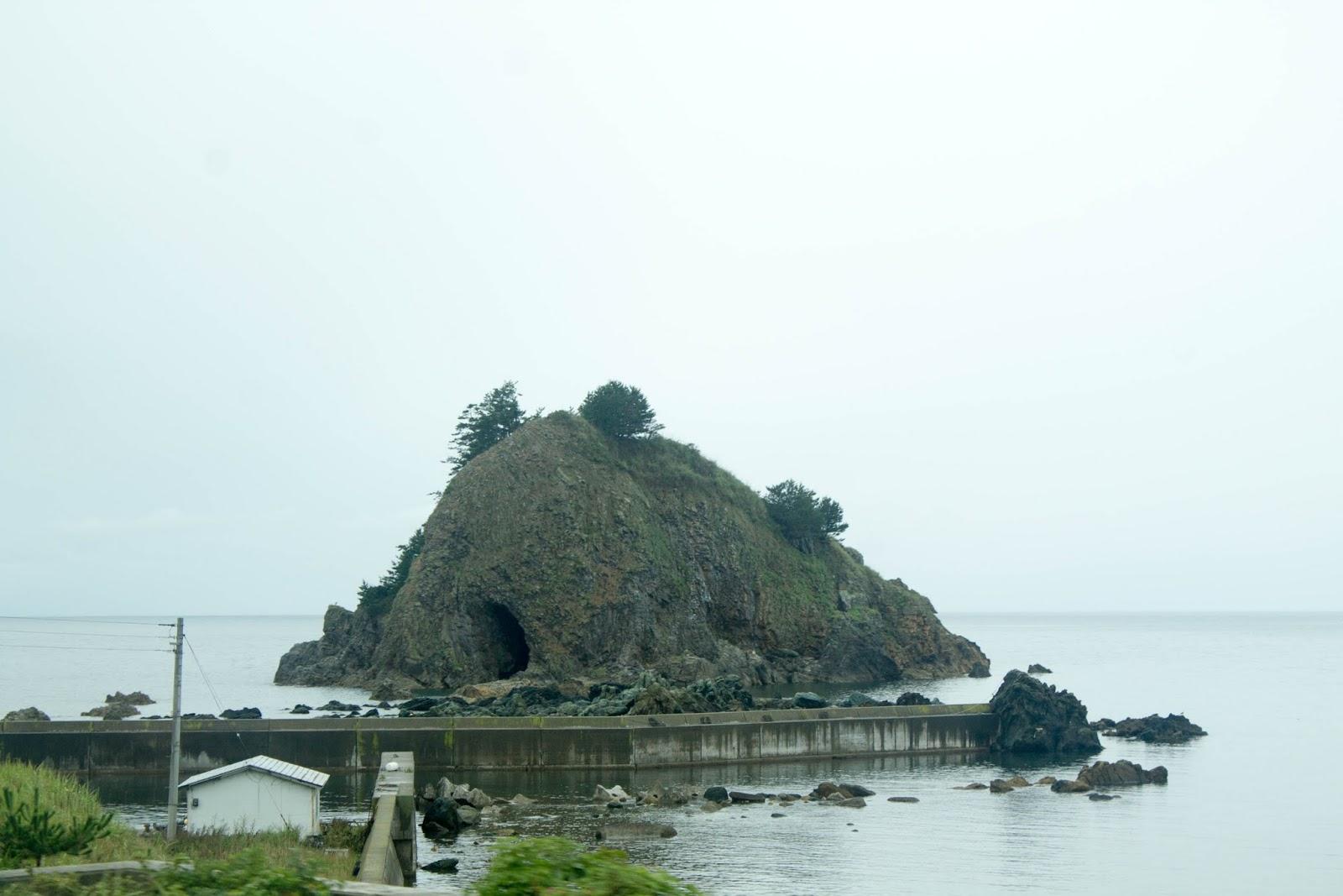 何かが隠されてそうな島