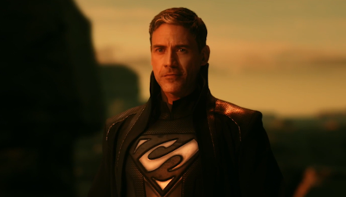 Morgan Edge, homem de 40 anos, cabelos levemente grisalhos, olhos claros. Ele usa um traje parecido com o do Superman, porém preto e com gola alta e no peito um símbolo parecido com um S deitado.