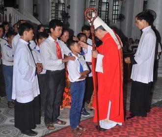 Đức Cha thăm mục vụ và ban Bí tích thêm sức cho 87 em thiếu nhi giáo xứ Tôn Đạo