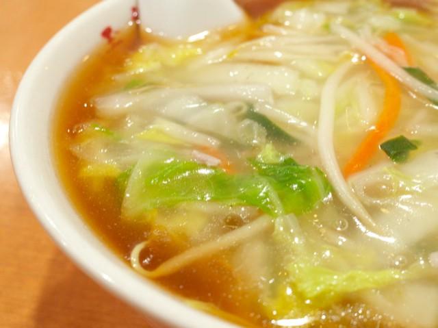 スープの上に広がるトロミ付きの野菜の餡