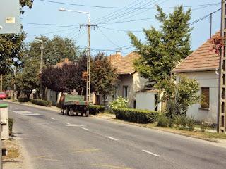 Dorf in Ungarn am Sonntagmorgen