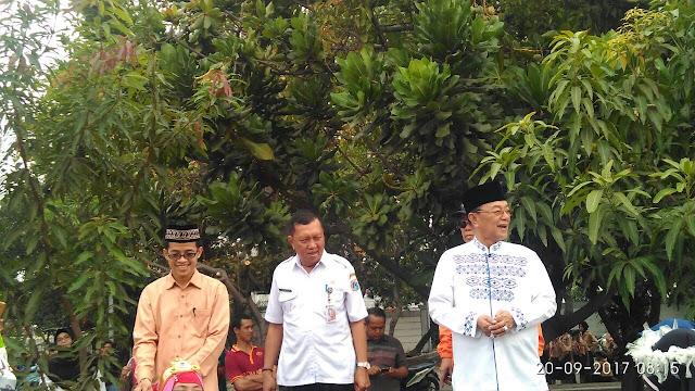Bapak Kyai Haji Ahmad Sodri melepas peserta Karnaval Hijriyah.