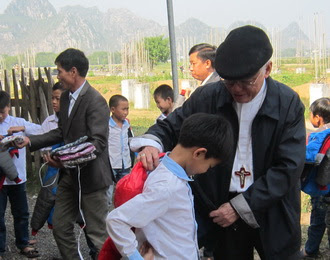 Đức Cha Phó Chủ tịch UBBAXH – Caritas Việt Nam, thăm giáo xứ Vô Hốt và Phúc Châu tăng quần áo ấm cho trẻ em và người già có hoàn cảnh khó khăn
