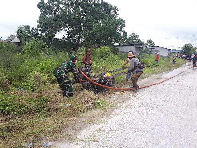 Wujud kepedulian TNI, Babinsa Panarung Bantu Pengaspalan Jalan Pemukiman