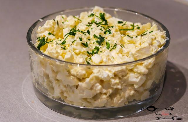 sałatka z jajkiem,sałatka z fetą,sałatka z sosem czosnkowym,sałatka z kalafiorem i fetą,sałatka z kalafiorem,sałatki,