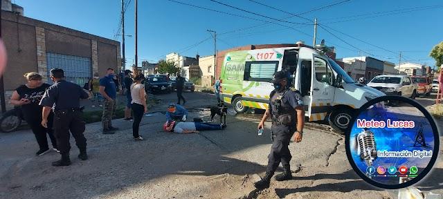 Una auto embistió a una motocicleta y resultó herida con varios golpes
