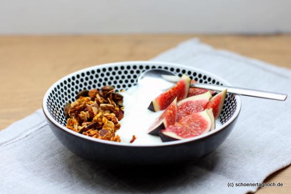 Selbstgemachtes Kürbis-Knusper-Müsli mit Joghurt und frischen Feigen