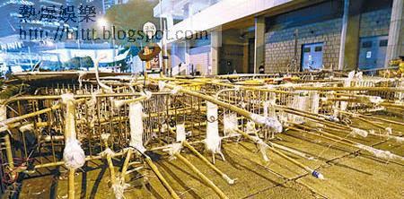示威者搬來大量竹枝搭棚,並以數十竹枝穿過數個鐵馬,組成一排竹矛長城。