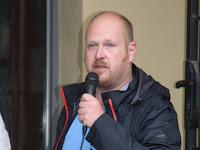 12 Szúnyog Zsolt, főszervező, az Ipolysági Veterán Klub tagja késéznti az egybegyűlteket.JPG