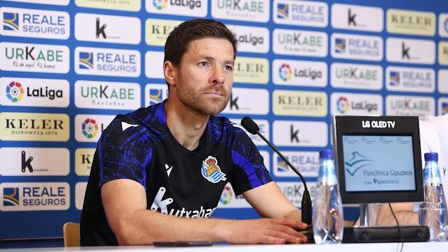 Xabi Alonso en la sala de prensa de Zubieta hablando del Almería.