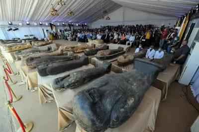 الكشف عن 59 تابوتا خشبيا مغلقا بحالتهم الأولي داخل آبار للدفن بمنطقة آثار سقارة