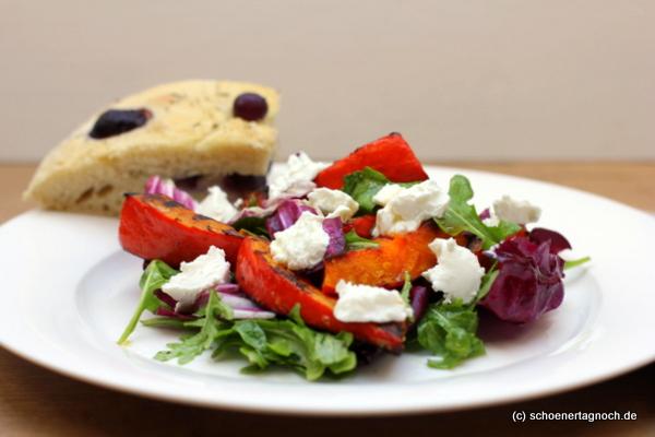 Salat mit gegrilltem Kürbis und selbst gebackenem Focaccia mit blauen Weintrauen