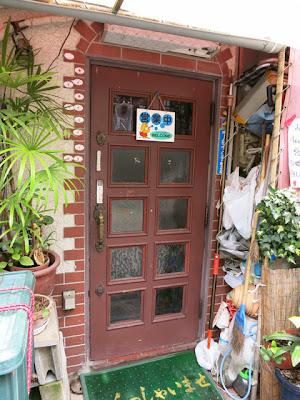 中の様子は見えない、お店の入り口の扉。