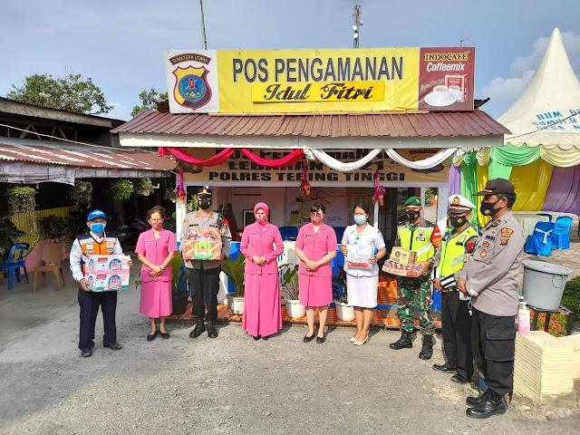 Ketua Cabang Bhayangkari Tebing Tinggi Berikan Bingkisan Kepada Petugas Pos Pam Dolok Merawan