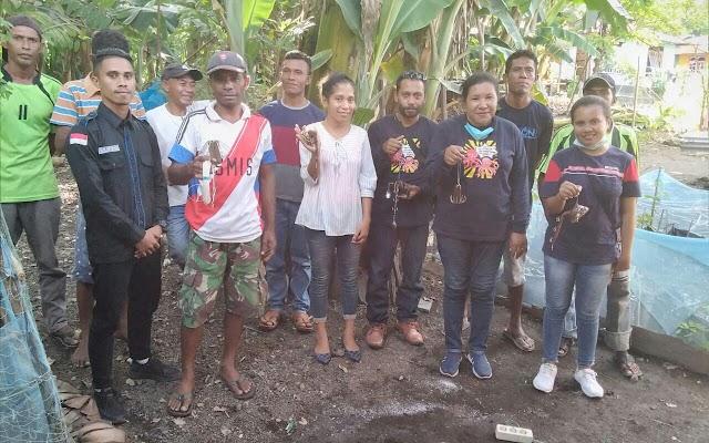 Nelayan gurita Arubara belajar bersama Membuat Alat Pancing