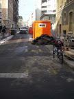 """Sur le chemin du travail. """"Où qu'on la met la cabane de chantier ? 1) sur la route 2) sur un des trottoirs ou 3) sur la piste cyclable ?"""" Photo : Séverine Ducrey"""