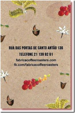Imagem do verso do cartão de visitas da Fábrica - Coffee Roaster, Lisboa, com endereço e telefone, e fundo com imagens de flores, frutos, folhas e grãos de café