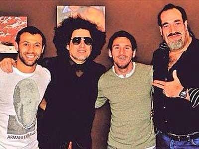 Mascherano, el cantante Andrés Calamaro, Messi y Daniel Rojo. LA GAZZETTA DELLO SPORT