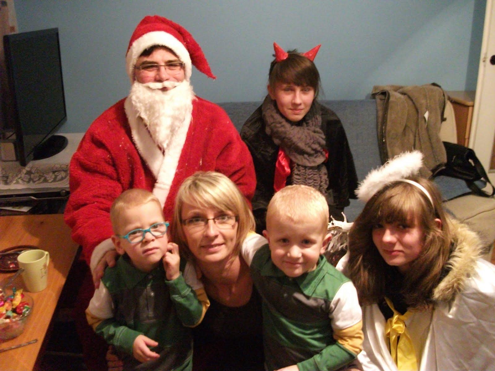 Fotografie z wizyty św.Mikołaja w domach naszych pacjentów, którym nie udało doejchać na spotkanie z nim w czasie wigilii MHD.