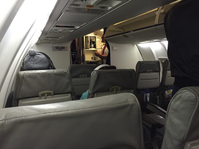 アマゾナス航空の機内。コックピットの入り口が開いている