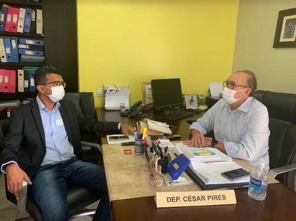 Deputado César Pires recebe visita do prefeito Lahesio Bonfim