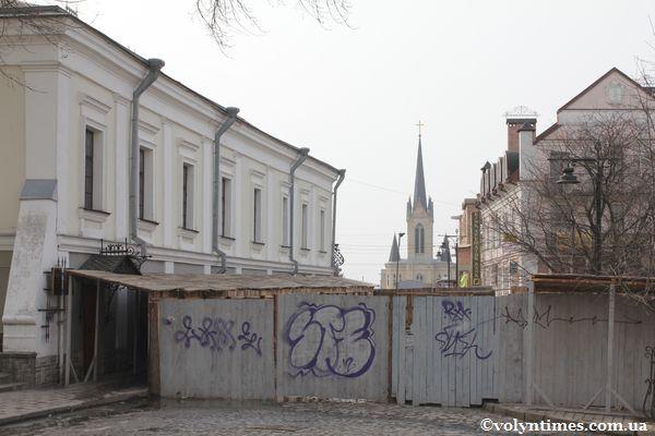 """Незаконний паркан біля """"Будинку Косачів"""""""