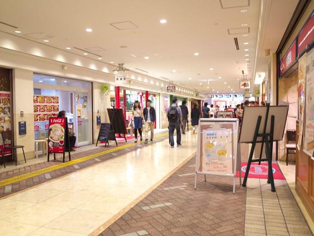 横浜パルタの玉泉亭の前のレストラン街の通り