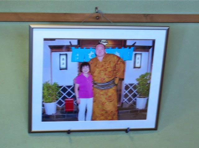 店内に貼られた横綱白鵬と女将のツーショット写真