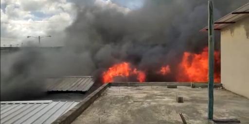 Incendio destruye varias tiendas del mercado fronterizo en Dajabón.