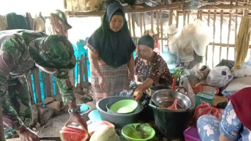 Kebersamaan dalam Giat Ibu-ibu di Dapur di TMMD Kodim Tapsel