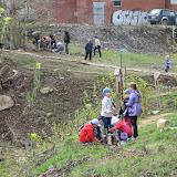 Работа кипит: дети подсыпают дорожки, мамы создают клумбы, папы сажают деревья на склон