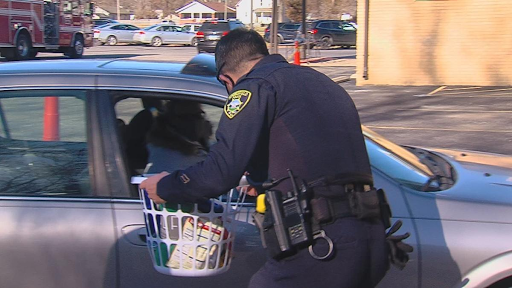 Middle school security guard, along with Springfield PD, giving back to children in need this holiday season
