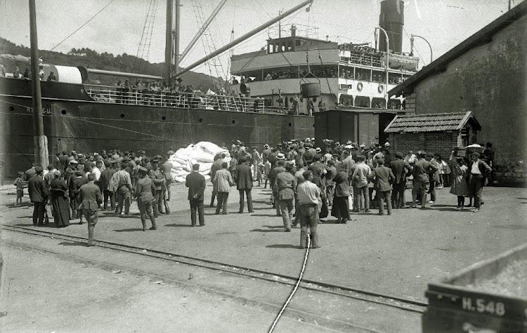 El ROMEU embarcando tropa en Pasaia. Ca. 1925. Foto Gure Guipuzcoa.tif