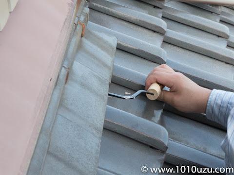 鶴首のコテで面戸漆喰部分を塗っていく