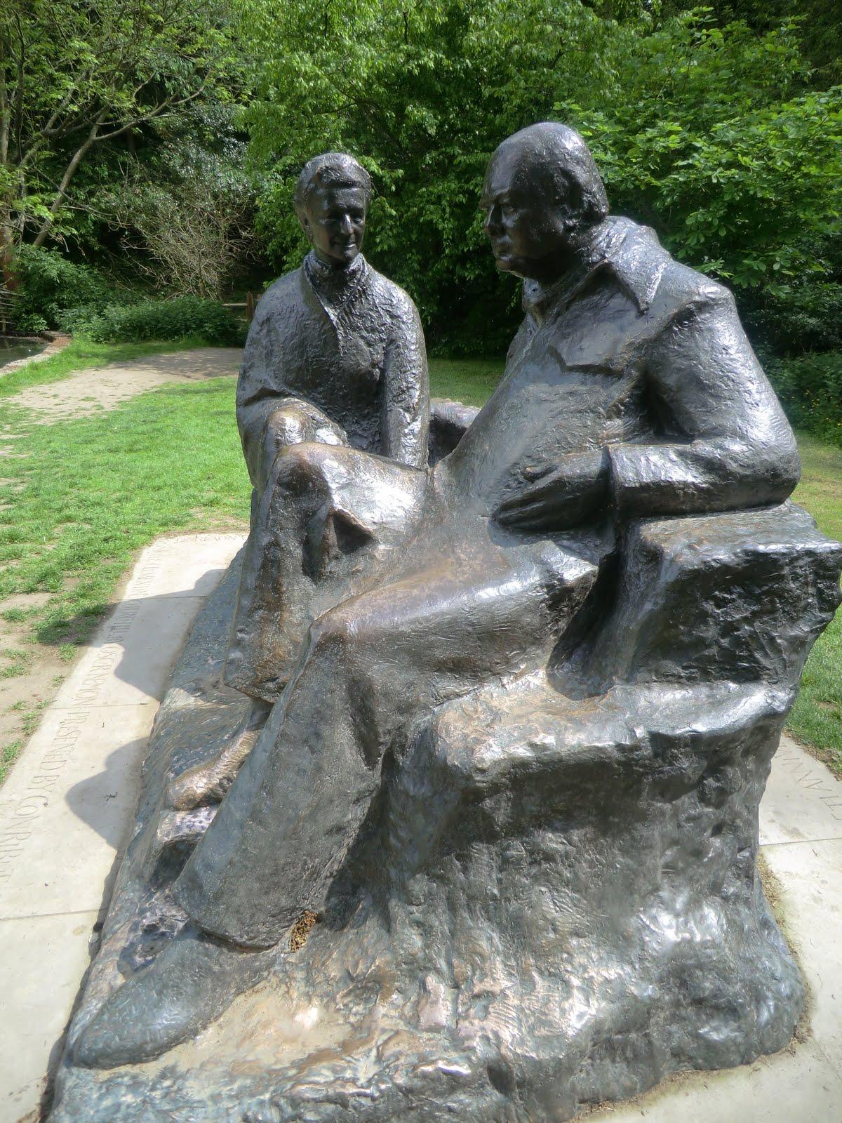 CIMG4376 Oscar Nemon statue of Winston & Clementine Churchill, Chartwell