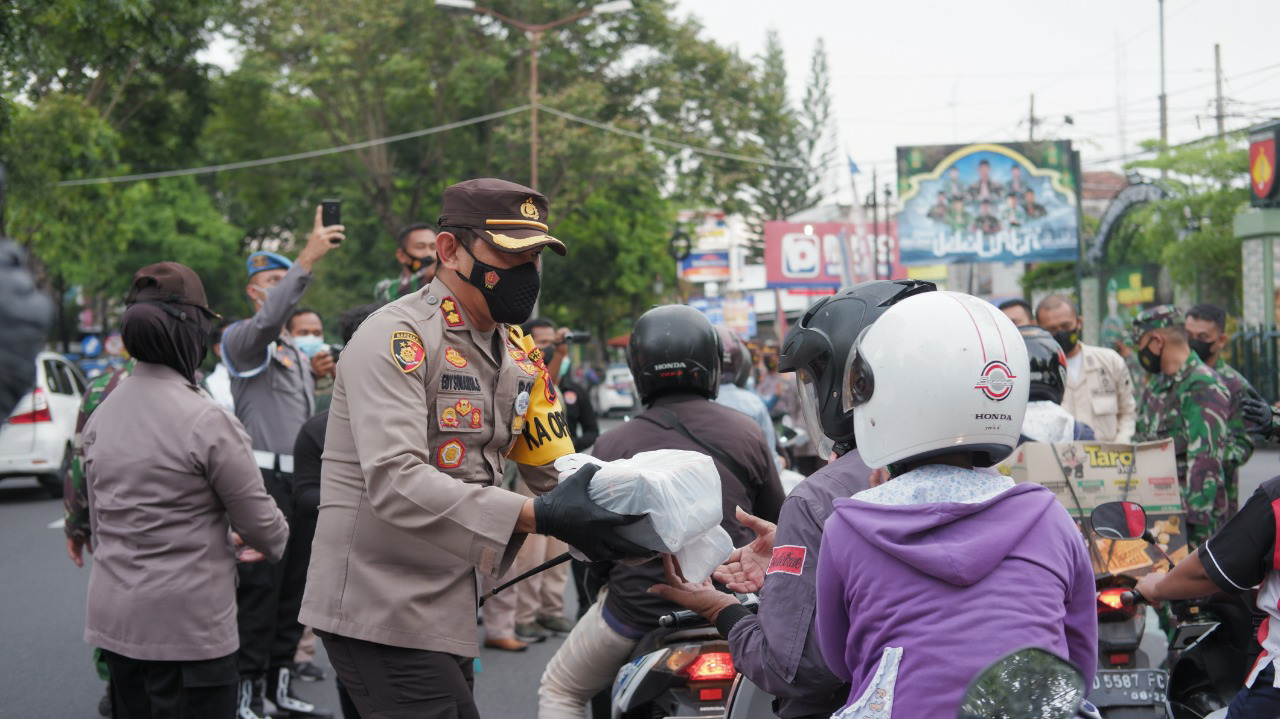 Lagi, Polres Klaten dan Kodim 0723/Klaten Bagi Seribu Takjil dan Masker Pada Pengguna Jalan Raya