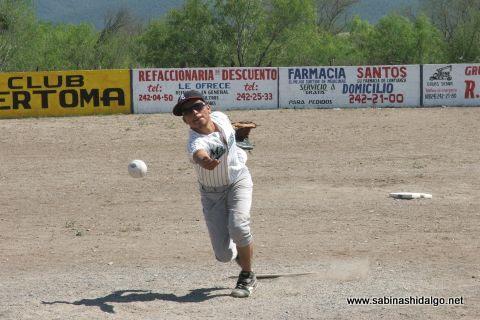 Armando Alba de Águilas en el softbol del Club Sertoma