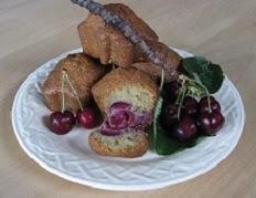 Cake à la pâte d'amandes, eau de rose et cerises