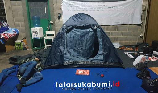 Karyawan bangun tenda bertahan di Pabrik yang disegel Bea Cukai // Foto : Rapik Utama